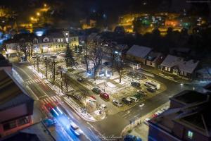 Nocny widok z lotu ptaka na rynek w Piwnicznej Zdroju
