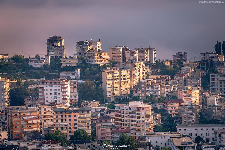 Gjirokastra blokowiska w mieście