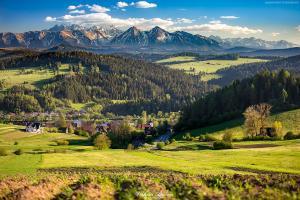 Widok z Łapsz Wyżnych w Pieninach na Tatry