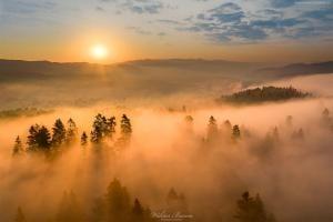 Wschód słońca nad Czorsztnem w Pieninach